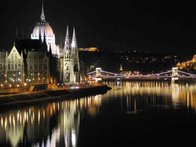 Vánoční zájezdy na adventní trhy (Maďarsko-Budapešť -Parlament).