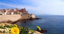 pohled z pobřeží na staré město Antibes