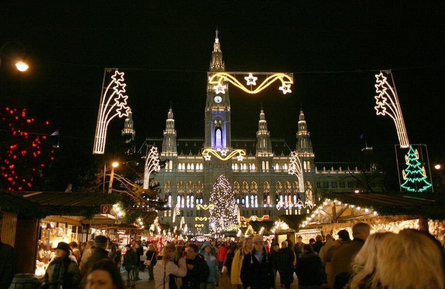 Adventní zájezdy na vánoční trhy (Rakousko - Vídeň) - Christkindlmarkt před vídeňskou radnicí