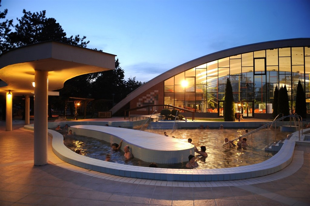 noční pohled na termální svět - Hunguest Hotel Béke - lázně Hajdúszoboszló - Maďarsko - RELAX