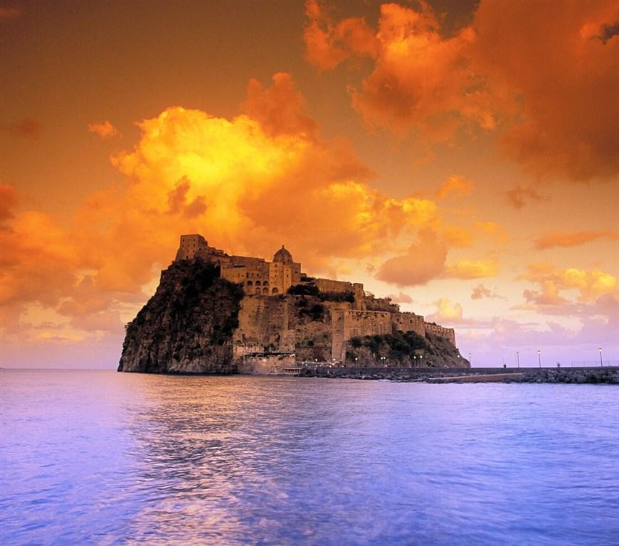 Aragonský hrad - dominanta ostrova - termální ostrov Ischia - Itálie