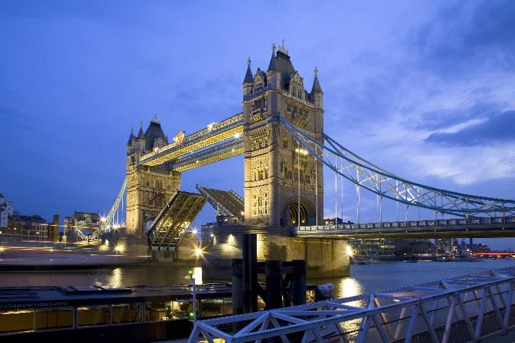 světoznámý symbol Londýna - novogotický Tower Bridge - Londýn - Velká Británie