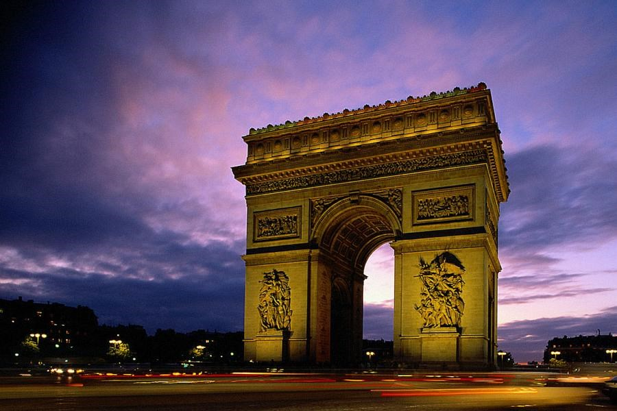 Vítězný oblouk (Arc de Triomphe) - dominanta náměstí Charles de Gaulle - Paříž - Francie