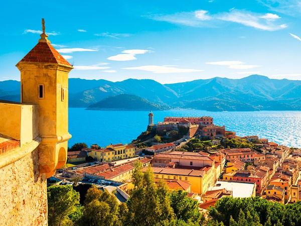 staré město tyčící na skále - Elba - Itálie