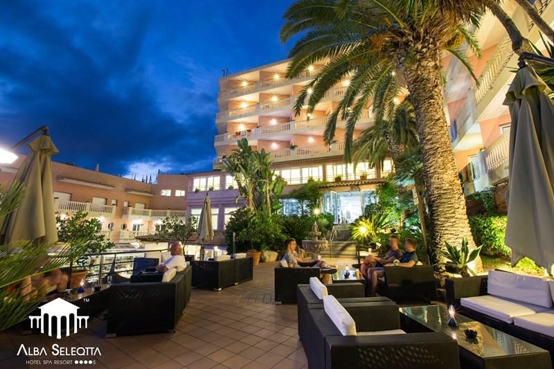 exotické posezení pod palmami - relax na terase - hotel Alba Seleqtta - Lloret de Mar - Španělsko