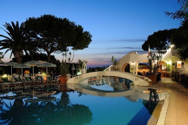 večerní pohled na venkovní termální bazén s hydromasáží - Terme Villa Teresa- termální ostrov Ischia - Itálie